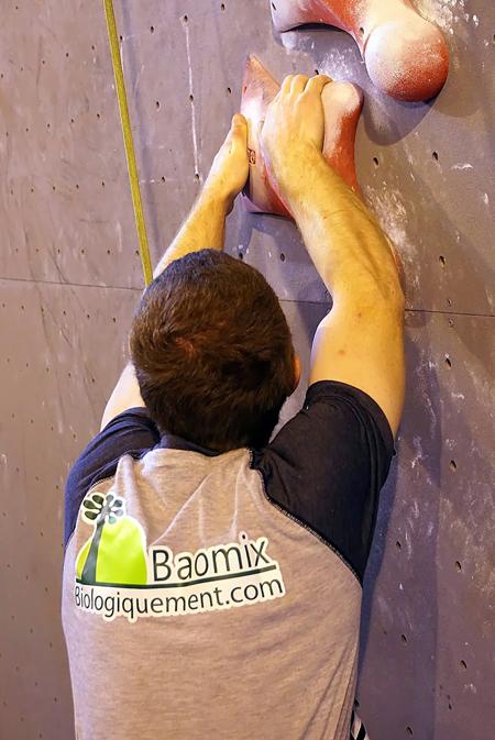 Yoann Le Couster porte haut les couleurs du nouveau logo de Baomix la poudre de baobab bio